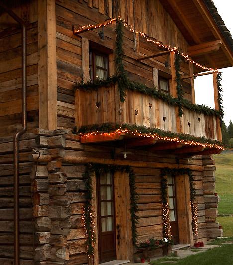 Világító fenyő  Az erkélyre és az ajtó fölé tegyél fenyőágakat, futtas rajtuk égősort. Egyszerű, mégis ünnepi dekorációt kapsz, melyet már messziről láthatnak a hozzád érkezők.