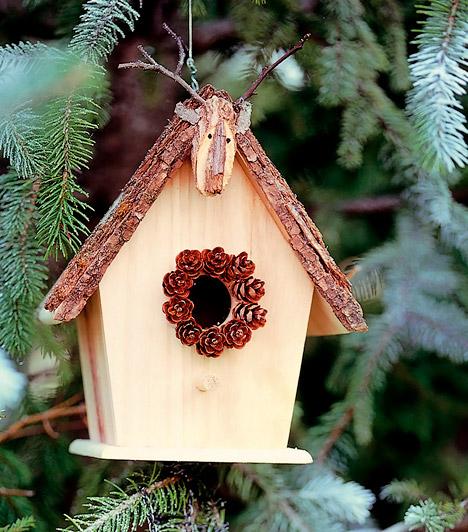 Madáretető  Fenyőfádat hangulatossá varázsolod, ugyanakkor kerted tollas lakóinak is kedvére teszel, ha madáretetőt akasztasz a fára - az eleséget ne felejtsd ki belőle.   Kapcsolódó cikk: Így készíts madáretetőt gyerkőcöddel! »