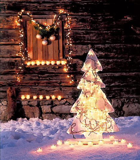 Csillogó karton  Akkor sem kell lemondanod a kültéri karácsonyfáról, ha udvarod nem hemzseg a szebbnél szebb tujáktól. Vágj ki kartonból fenyőfa formát, és díszítsd égősorral, körülötte pedig helyezz el apró mécseseket.