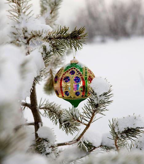 Színesen  A csodás díszekről akkor sem kell lemondanod, ha havazik. Válassz masszív, mégis tündöklő darabokat, meglátod, milyen csodásan mutatnak majd a fehér háttérrel.