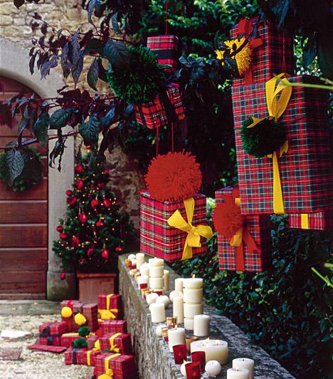 Ajándéksereg  Csomagolj be kisebb kartondobozokat, és lógasd fel őket a kerti fára - mintha ajándékok lennének. A színes csomagokat a fa körül is szórt szét, fokozd a látványt gyertyákkal.