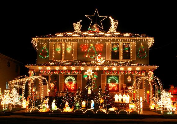 Karácsonyfa, angyalok, betlehem, csillagok és egyéb szimbólumok, amiket szinte nem is lehet kivenni az erős fényben. Szerintünk elég lett volna egy motívumot végig vezetni.