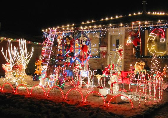 Minden karácsonyi lény ebben a kertben gyűlt össze, hogy köszöntsék a Mikulást.