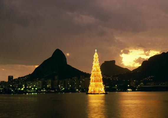 Szintén Guiness-rekordnak számít Brazília 85 méter magas, karácsonyfa alakú objektuma, amit a tengerparton állítanak fel minden évben.