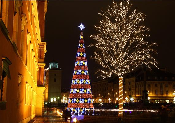 A varsói kastély előtti téren állítják fel minden évben a város karácsonyfáját, az eddigi legmagasabb ütötte a 27 métert.