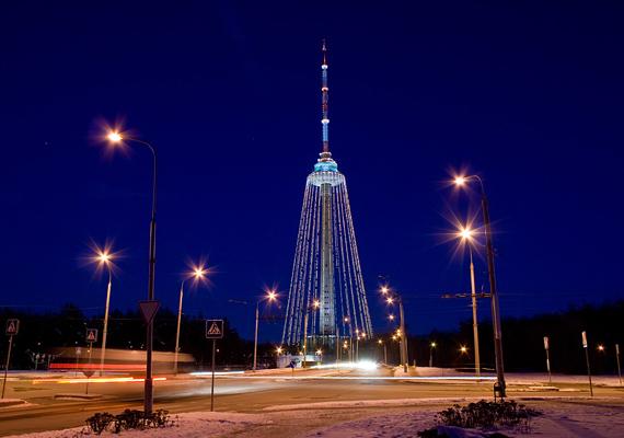 2000 óta tradíció Litvániában, hogy a vilniusi TV-tornyot karácsonyi díszbe öltöztetik az ünnep alkalmából. Az építmény 326 méter magas, ezzel pedig jelenleg minden idők legmagasabb karácsonyfára hajazó építménye.
