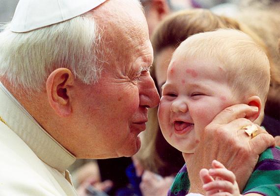 Az egyházfő egyik általános Szent Péter téri audienciája közben találkozott a bárányhimlős kisfiúval, akit nagy szeretettel megölelgetett. A képről jól látszik, hogy mindez a csöppségnek sem volt ellenére.