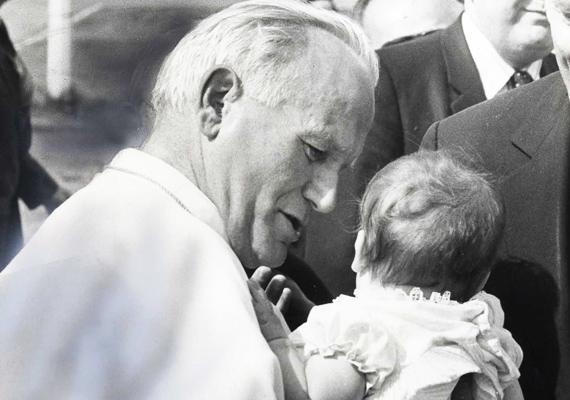 II. János Pál - ahogyan a korábbi képek is bizonyították - nagyon szerette a gyerekeket, több általános audiencia alkalmával is lefotózták, amit éppen egy-egy lurkót éppen szórakoztat. Ez is egy ilyen kép, sajnos a forrása nem ismert.