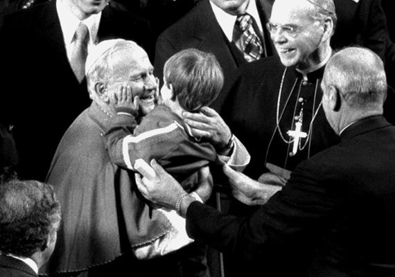 II. János Pál 1995-ös New York-i látogatása során találkozott ezzel a kisfiúval, akit azonnal ölbe vett és kedvesen megölelgetett.