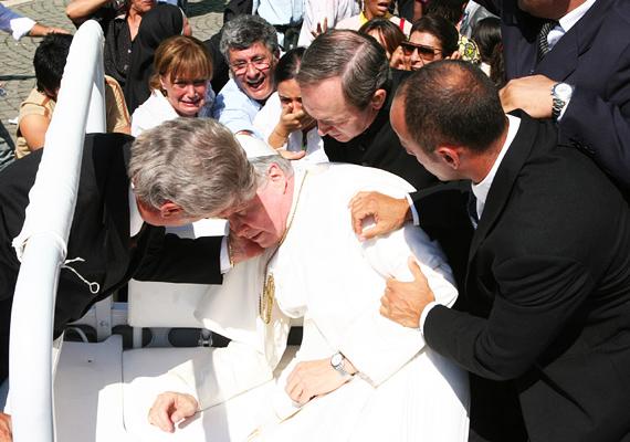 II. János Pál pápa élete a merényletektől sem volt mentes. A kép 1981. május 13-án készült, miután Ali Agca rálőtt az egyházfőre. Szerencsére a pápa túlélte a sebesülést, de ahogyan a fotón is látszik, mindenki nagyon megijedt körülötte.