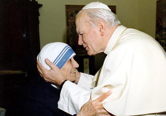 Ez a fotó hat évvel később, 1992-ben készült, Teréz anya vatikáni látogatásán. A kép különlegessége nem csupán az érezhető tisztelet, hanem az is, hogy II. János Pál volt az, aki boldoggá avatta a nővért, annak halála után.