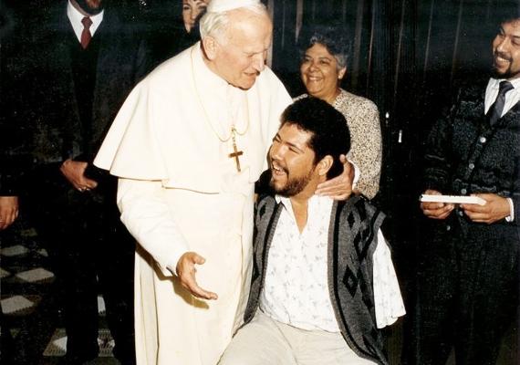 A pápa nagy rajongója volt Tony Mendelez zenésznek, többször is jelen volt a férfi fellépésein, a fotó is az egyik ilyen alkalommal készült 1978-ban. Kevesen tudják róla, de az egyházfő nemcsak a zenének, hanem más művészeti ágaknak is elkötelezett híve volt, különösen a festészet iránt érdeklődött.