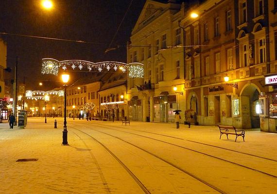 Miskolc Széchenyi utcája fényeivel és frissen hullott havával karácsonyi üveggömbre kívánkozó képet nyújt.