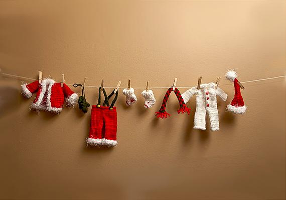 Ezt az igazán aranyos ötletet a Ravelryn találtuk. Igen, kicsit macerás, de megéri elkészíteni a kedves karácsonyi füzért a Mikulás ruháiból, díszítheted vele a gyerekszobát, illetve az irodában az asztalodat is.