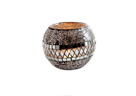 A tükörüveggel díszített Silver Rain mécsestartóval a Kika áruházak polcain találkozhatsz. A gömb alakú dekoráció 999 forintba kerül.