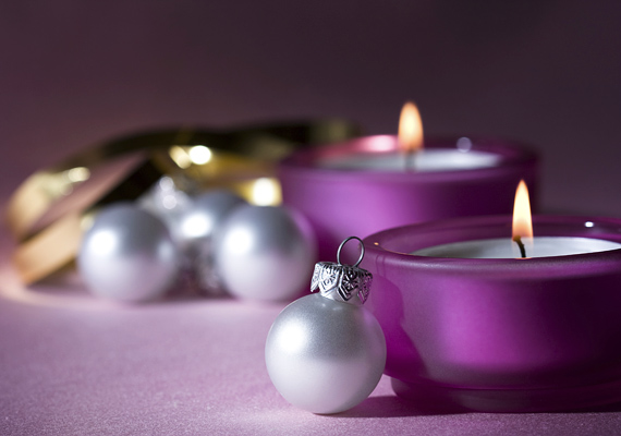 A hagyomány szerint a lila az adventi koszorúk egyik alapvető színe, így a zöld, piros, arany és ezüst árnyalatai mellett ezt is bátran használhatod.