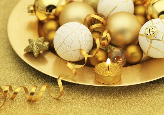 A tavalyról leselejtezett gömböket rakd egy aranyszegélyes tányérba, majd állíts mécsest a tányér szélére. Pofonegyszerű, de látványos megoldás.