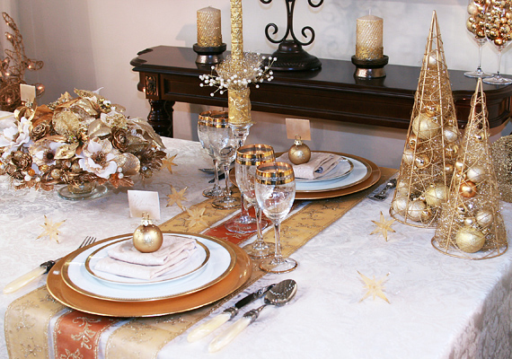 Ugyan általában a kevesebb több, karácsonykor nyugodtan bevállalhatsz kicsit többet is, csak a színek harmóniájára ügyelj. A bronz és a fehér például jó kombináció.