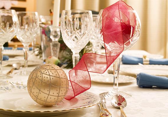 Bátran vess be szalagokat és díszeket is az asztal dekorálásánál, csak arra ügyelj, hogy a terítővel és a terítékkel ne vesd el a sulykot.