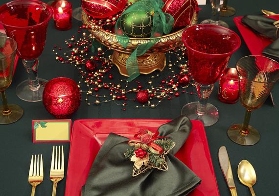 A modern, négyszögű tányérok egyre kedveltebbek, ha eddig ódzkodtál tőlük, itt az ideje, hogy szemléletet válts. A kerek poharak és a szögletes formák jól kiegészítik egymást, nem beszélve a piros és zöld kombinációjáról.