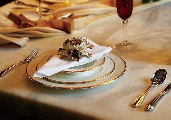 Egy egyszerű, fehér damasztabrosz a hozzá illő textilszalvétával még egészen mindennapos lenne, de ha belecsempészel egy kis aranyat és bronzot, máris látványosabb megjelenést kölcsönzöl az asztalnak.