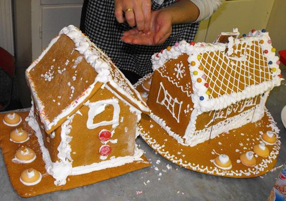 A házak díszítéséhez nem csupán cukormázat, hanem színes csokigolyókat és sok egyéb finomságot is felhasználnak.