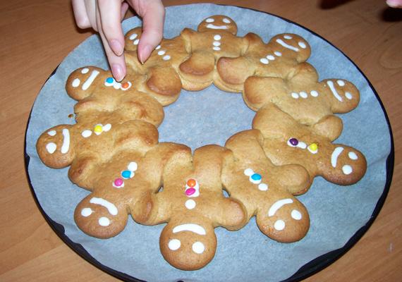 Például a még folyékony cukormázba nyomj aprócska, színes csokigömböket.