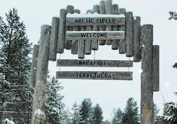 Északi-sarkkör: ez a tábla fogadja a Mikulásfaluba érkezőket.