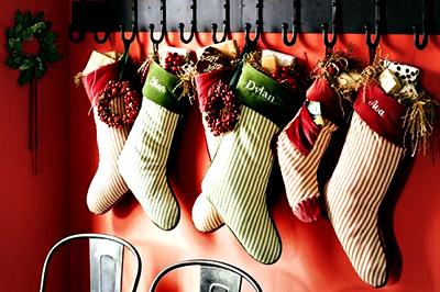 Dobd fel a kész karácsonyi zoknit! Hímezz a tetejére neveket.
