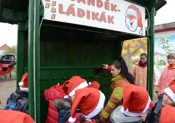 Az Ajándékládikákba a rászoruló gyerekeknek gyűjtenek ajándékot. Ha van otthon megunt játék, ide elrejthetitek a gyerkőccel.