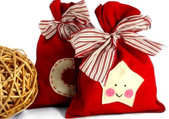 Nagyon egyszerű, kezdők is bátran nekiállhatnak, akár varrógép nélkül is. A zsákot díszítheted különféle karácsonyi mintákkal, például csillaggal, de a megajándékozni szánt gyerkőc - vagy akár felnőtt - nevének kezdőbetűjével is. További információt ide kattintva találsz.