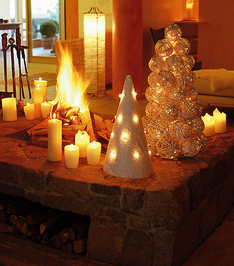 Ragyogó kandalló  A kandalló a téli időszakban egyébként is a nappali központi része, de karácsonykor még figyelemfelkeltőbbé varázsolhatod. Néhány gyertyával, égősorral és ünnepi díszekkel még ragyogóbb lesz.
