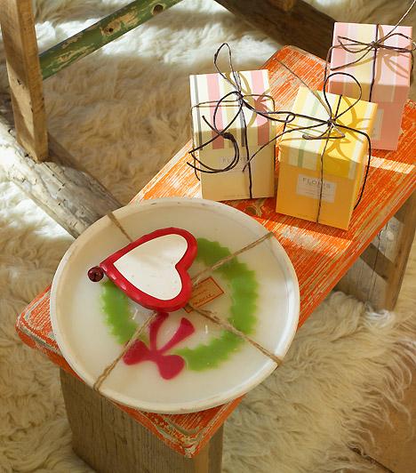 Színes csomagolás  Mindig szentelj figyelmet az ajándékok becsomagolására. Ha ügyesen színes papírokba rakod őket, már önmagukban is a nappali látványos díszeivé válhatnak - nem csak a karácsonyfa alatt.  Kapcsolódó cikk:  5 perces, látványos dekorációk a nappaliba »