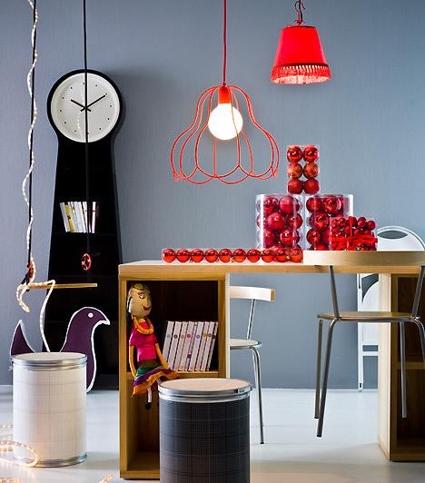Adventi dolgozósarok  A legmodernebb dolgozósarkot is könnyedén ünnepivé teheted. Helyezz az üvegvázába piros gömböket, és már kész is az íróasztal dísze.   Kapcsolódó cikk: Színpompás karácsonyi ablakdíszek »
