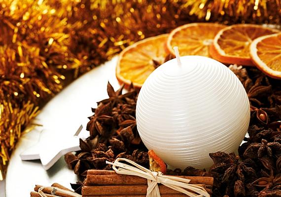 Egy fehér tányérra tegyél egy gyertyát, szórd körbe csillagánizzsal, majd rakd körbe fahéjdarabokkal és szárított narancsszeletekkel. Utóbbi helyett akár spirál alakú, szárított narancshéjat is használhatsz.