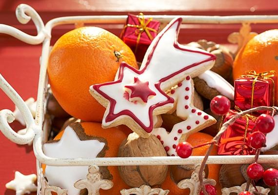 Helyezz néhány narancsot egy gyümölcskosárba, tegyél közéjük pár kisebb karácsonyfadíszt, és dobd fel az egészet egy mézeskaláccsal. Egyedi, ünnepi gyümölcskosár.