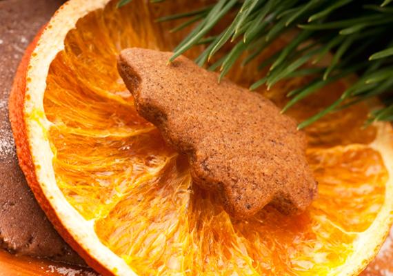 Egy szelet kiszárított narancsra fektess egy frissen sült mézeskalácsot. Nemcsak látványként szép, az orrnak is kellemes, ahogyan az illatok összekeverednek.
