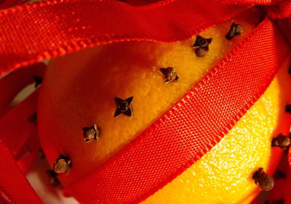 Fogj egy szalagot, és köss át vele egy narancsot. Szúrj a gyümölcsbe sormintát szegfűszegből, és már ki is rakhatod, ha pedig a szalag tetejére hurkot kötsz, fel is akaszthatod.