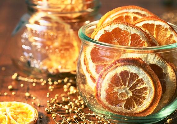Szeletelj fel egy narancsot, szárítsd ki a radiátoron, és tedd bele egy szép üvegedénybe. Szúrj bele egy virgácsot, vagy fektesd mellé azt, és már kész is az asztali dísz.