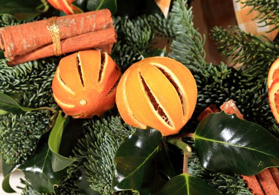 Vagdosd be a narancsokat hosszában, és fektesd őket néhány fenyőágra. Hamisítatlan ünnepi illatfelhő lengi majd be a lakást.
