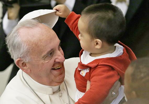 Mit rejt vajon a pileólus? A kisfiú nem volt rest bekukkantani alá. A kép a pápa Szent Márta Egészségügyi Központba való látogatásakor készült. Az intézményt a Vatikán támogatja.