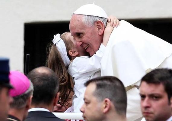 Szemfüles kép a vatikáni Szent Péter térről, egy általános audienciáról: ilyen az, amikor egy ölelésben mindkét fél részt vesz. Szívélyes és megható.