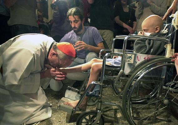 A pápa az egyház Caritas szerveezetével karöltve nemcsak a szegényeknek segít, de segélyeket is osztogat, és az AIDS-betegekkel is törődik.