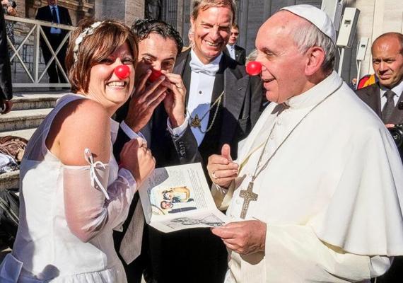 Ferenc pápa itt éppen gratulált a friss házasoknak, akik nem mellesleg a bohócdoktorok munkáját segítik.