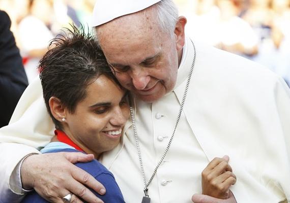 Fontos számára, hogy a legnehezebb közönségnek, vagyis a fiataloknak is üzenetet közvetítsen. A kép a szardíniai Cagliariba való látogatása során készült.