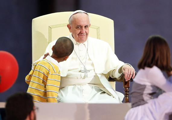 A Szentatya éppen a hit ünnepén tartott beszédet, amikor a pódiumra tévedt ez a kisfiú. A biztonsági szolgálat emberei kis híján szívrohamot kaptak, de a pápát mulattatta a merész kis csibész.
