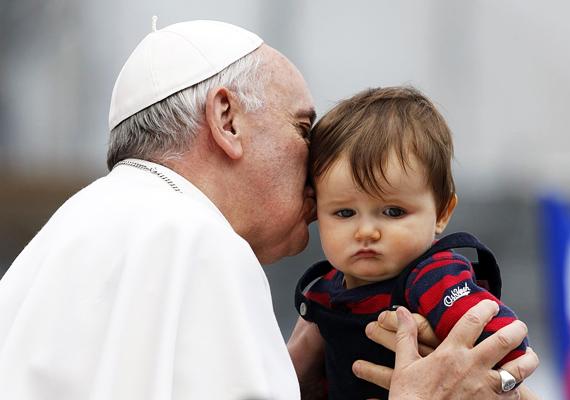Nem mindenki örül annak, ha a pápától puszit kap. A jelek szerint az egyházfő nem vette zokon a szájhúzást. A bájos pillanatképet a fényképész a Katolikus Orvosi Egyesületek Nemzetközi Szövetségének tizedik évfordulóján készítette.