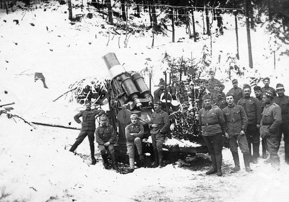 Katonák karácsonyoznak az első világháború idején, az olasz fronton, egy Skoda 30,5 Mörser mozsárágyú társaságában.