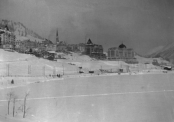 Svájc, St. Moritz, a város feletti hegyoldal.