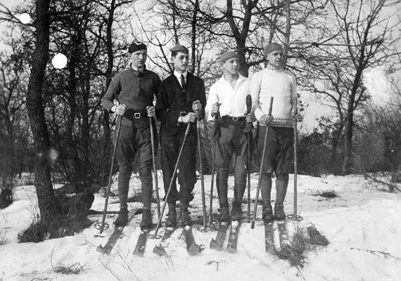 Nemcsak a korcsolyázás, a síelés is népszerű volt. A kép 1920-ban, Magyarországon készült - a pontos helyszín sajnos nem ismert.